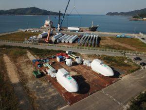 風車の機材であるタワー、ナセル(発電機)、ブレードが平生港に仮置きされました。